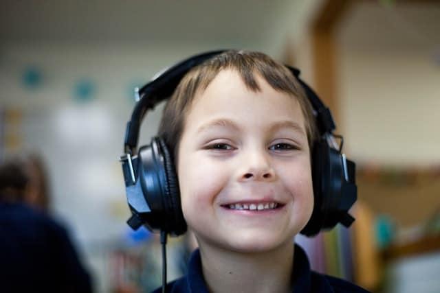 Gutt hører på lydbok
